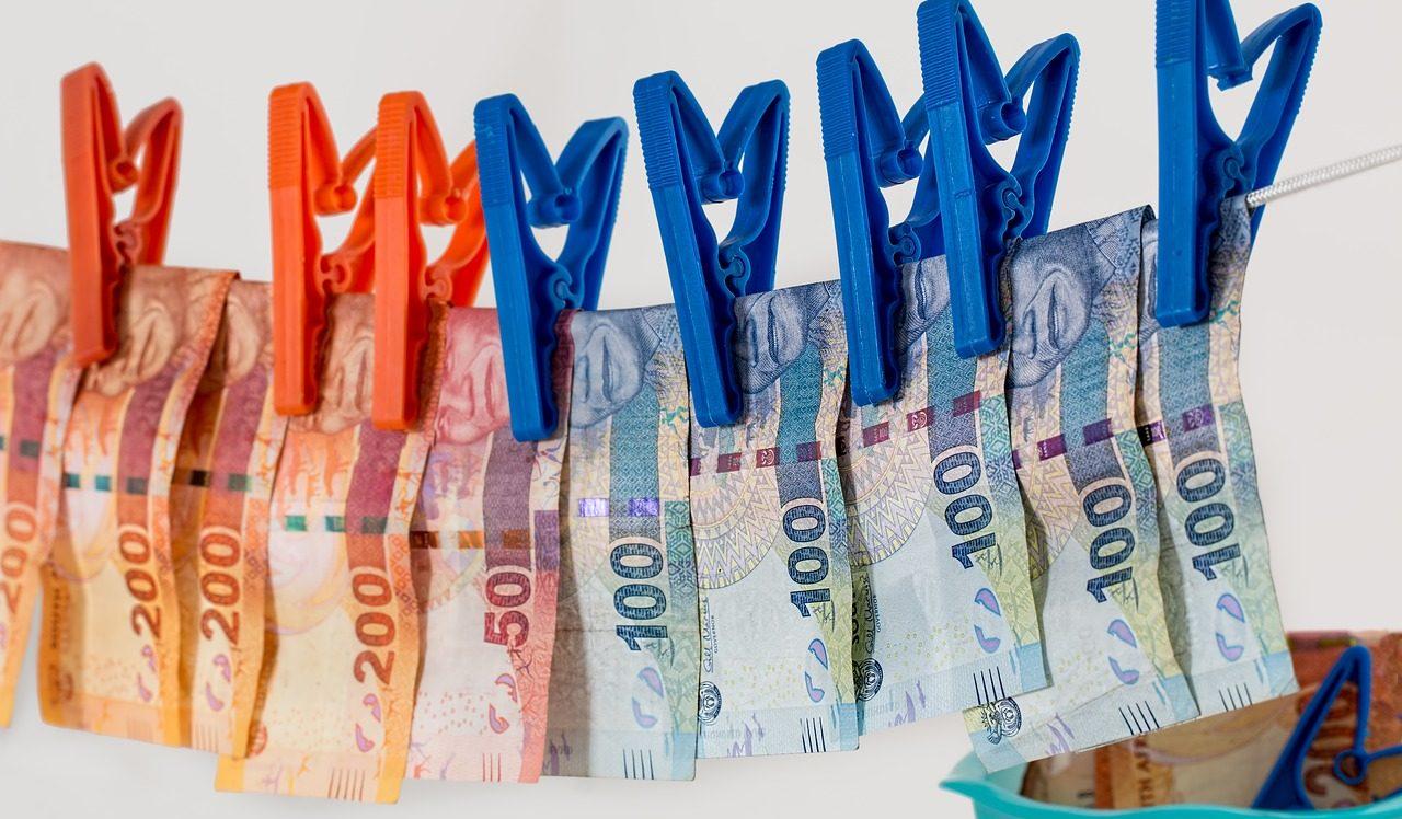"""Riciclaggio in caso di accredito sul c/c di assegni di rilevante importo per poi monetizzarli al fine di """"restituire"""" il contante al dante causa"""