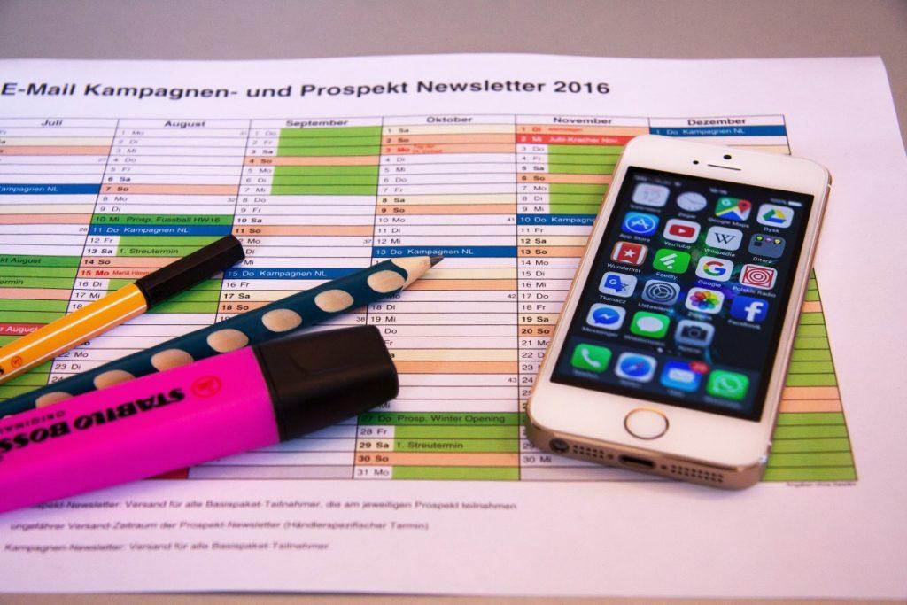 desk_terminplanung_control_newsletter_scattering_planning_marketing_concept-605470