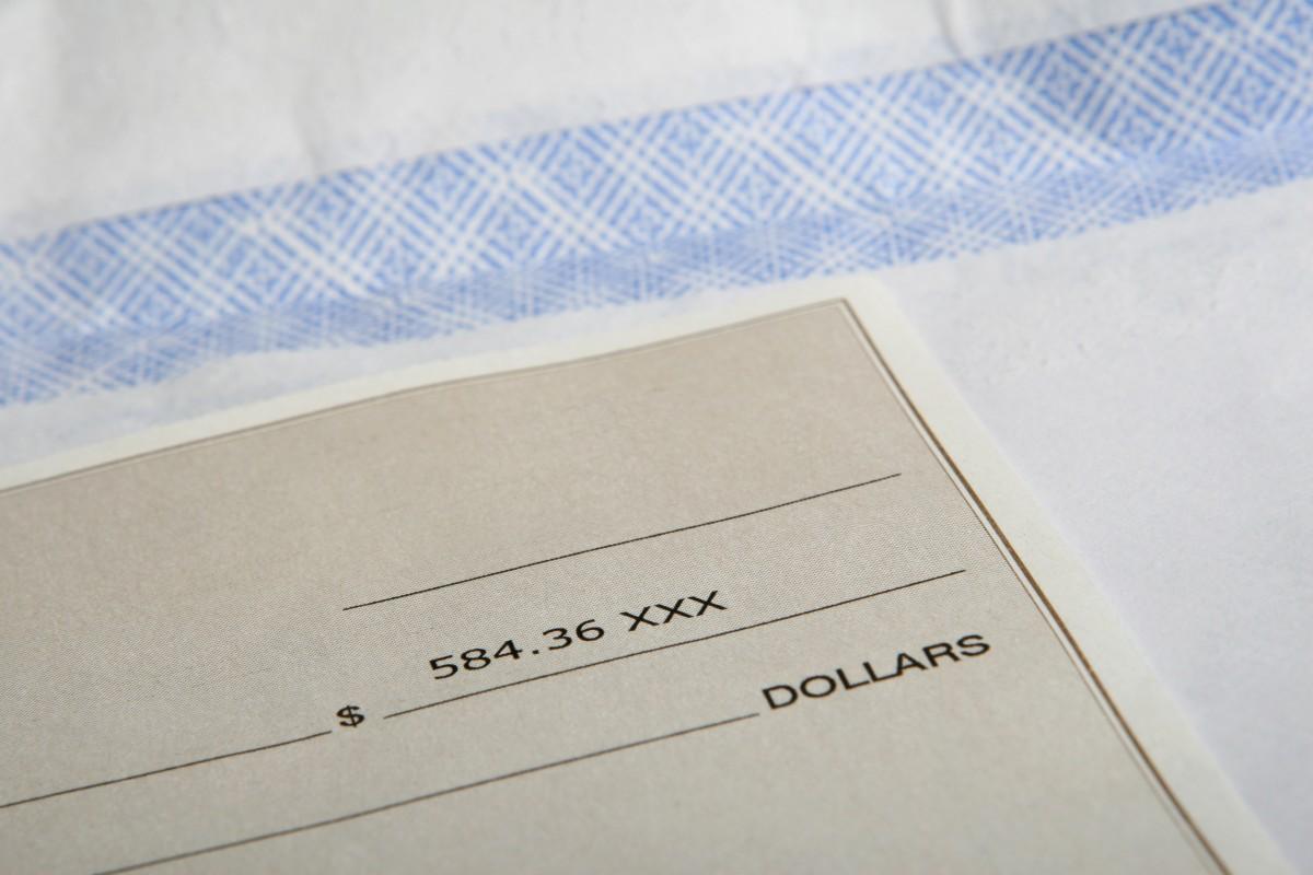 Della provenienza delittuosa di un blocchetto di assegni in bianco.