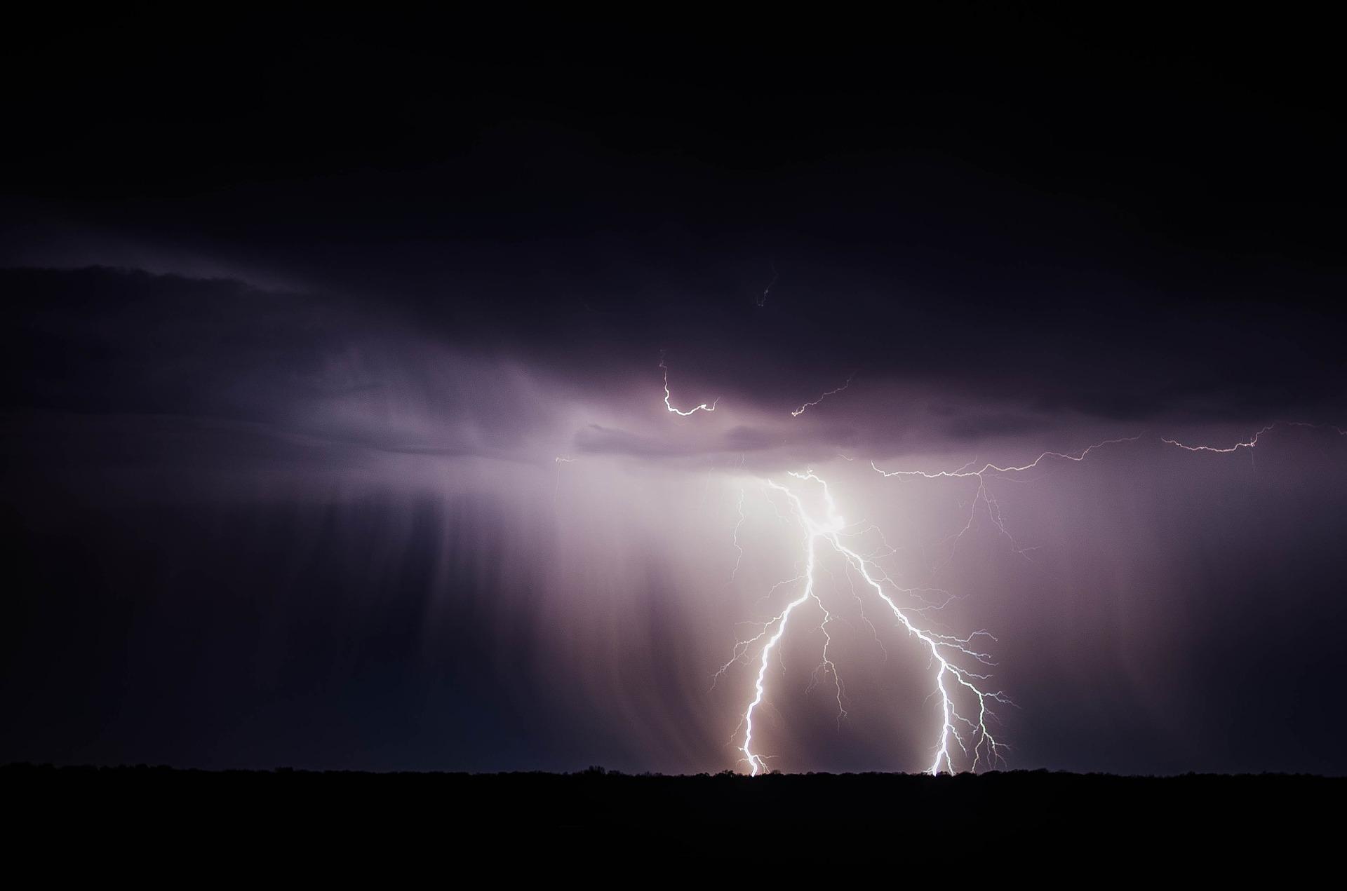 lightning-768801_1920
